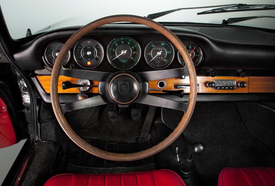 Классический Porsche 911 рядом с современной версией, сравнение