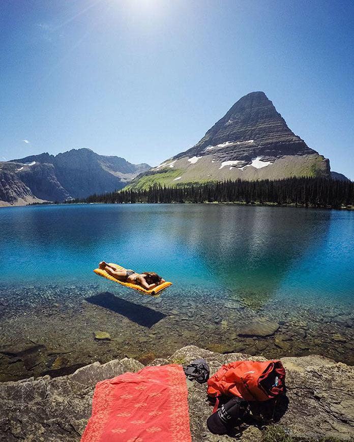 Девушка на прозрачной голубой воде горного озера