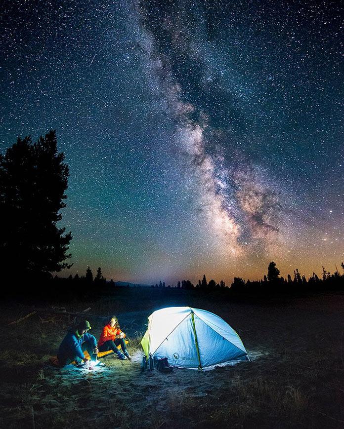 Люди у палатки под звездами Млечного пути