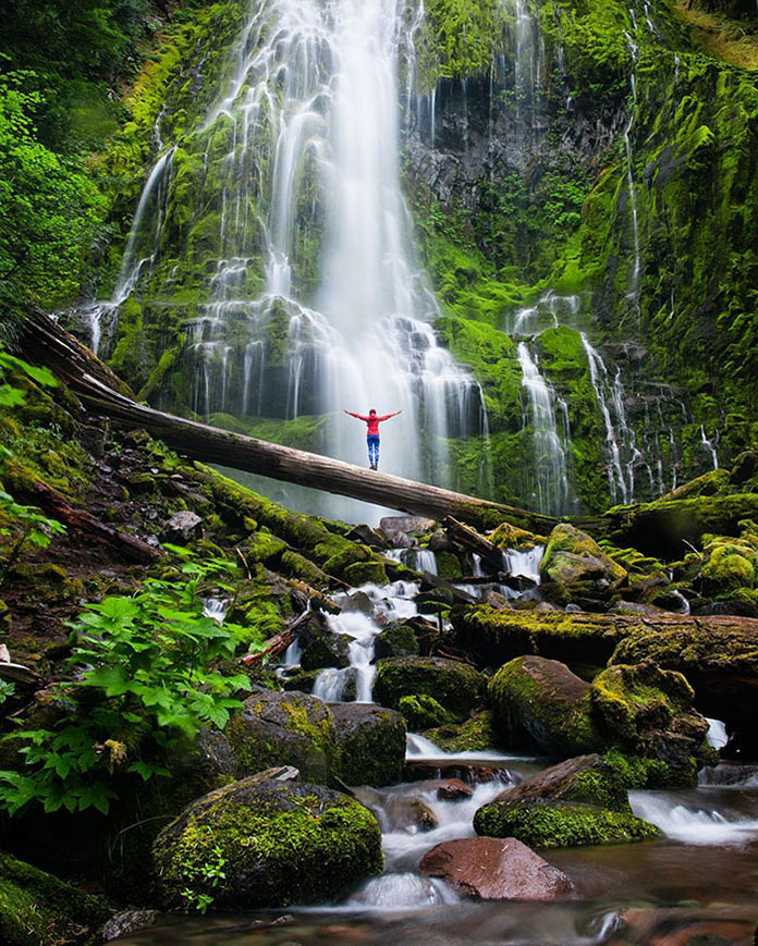 Красивый горный водопад
