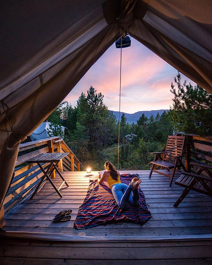 Девушка читает лежа на террасе