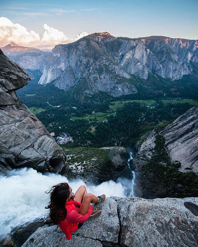Девушка на краю горного водопада