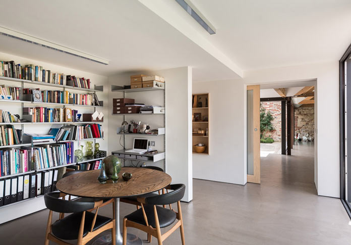 Интерьер деревенского дома в британской провинции. Библиотека с круглым столом и рабочим местом