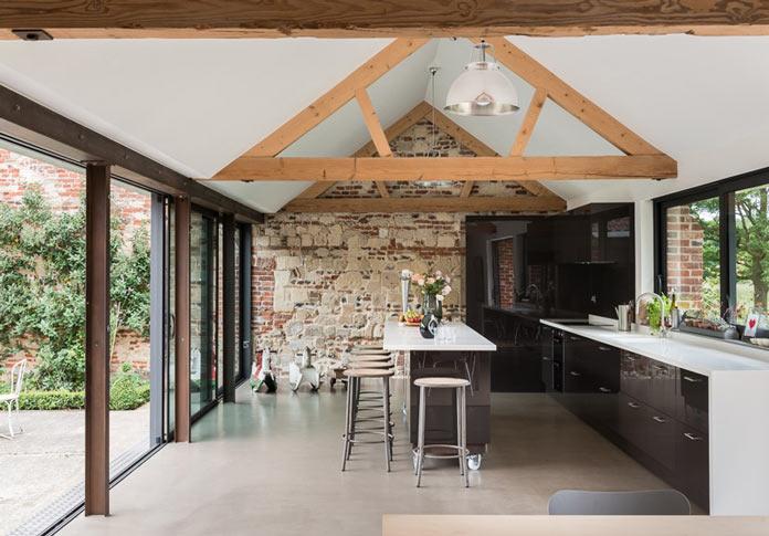 Интерьер деревенского дома в британской провинции. Кухня и барная стойка