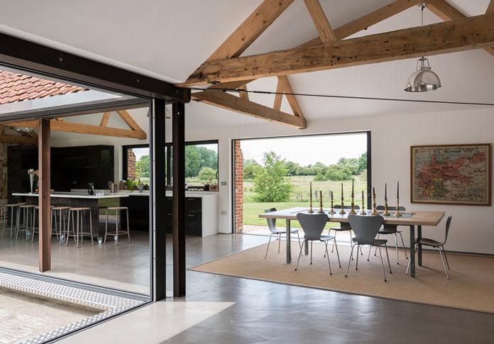 Интерьер деревенского дома в британской провинции. Столовая с панорамными окнами