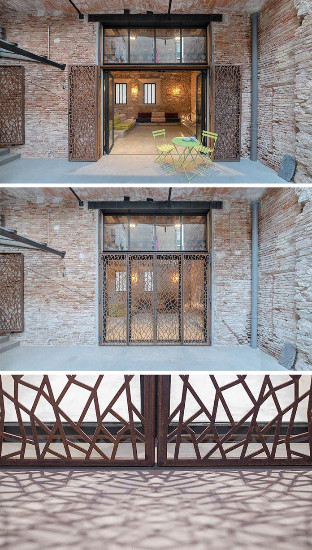 Входные двери за декоративной решеткой. Переделка квартиры из столярной мастерской