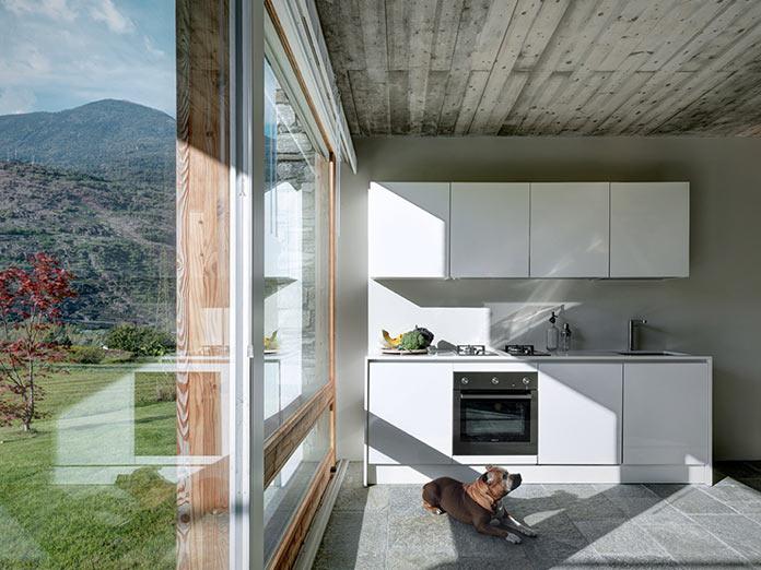 Кухня с видом на долину. Дом в Италии у подножия Альп