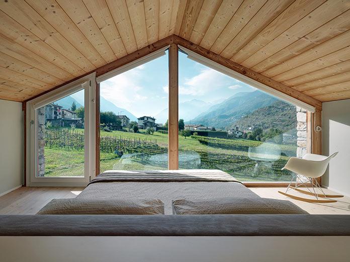 Вид на долину из большой спальни. Дом в Италии у подножия Альп