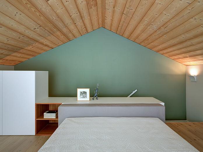 Большая спальня. Дом в Италии у подножия Альп