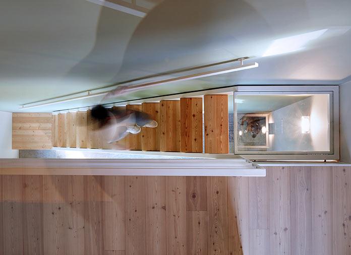 Лестница с прозрачными площадками. Дом в Италии у подножия Альп
