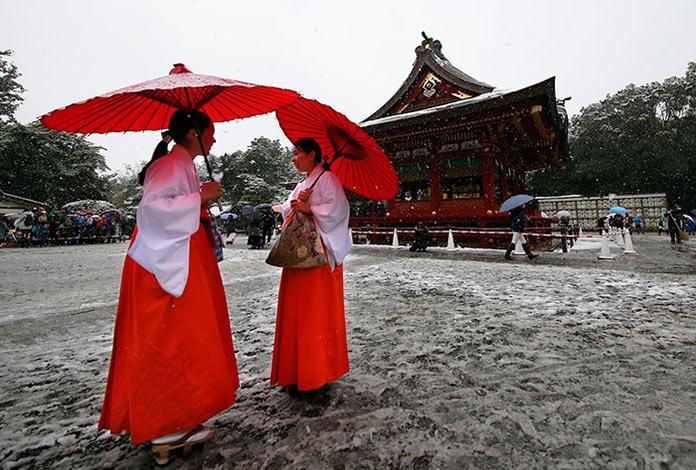 Японки в национальных костюмах. Токио сити, первый снег, ноябрь 2016