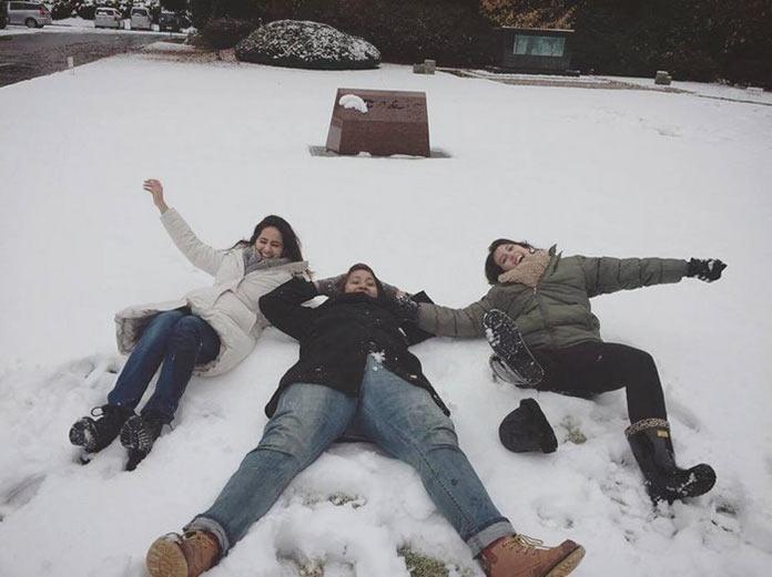 Японские девушки радуются снегу. Токио сити, первый снег, ноябрь 2016