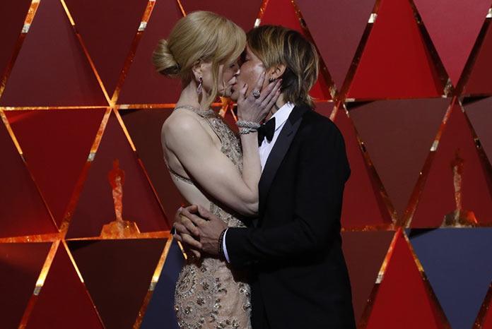 Николь Кидман целует своего мужа Кейта Урбана на красной дорожке Оскар 2017