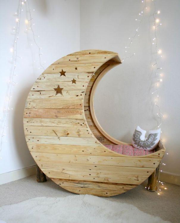 Космическая тема в интерьере - детская кровать в форме месяца