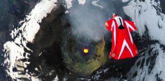 Полет над кратером активного вулкана. Видео