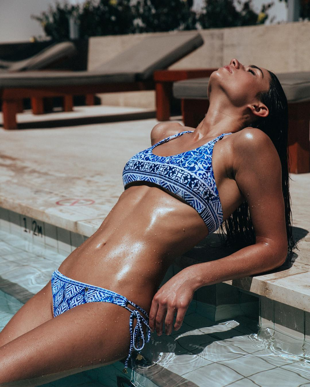 Николь Харрисон в бикини у бассейна