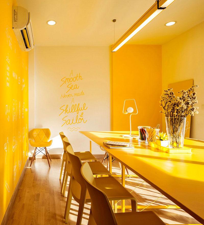 Монохромный интерьер офиса в оттенках желтого