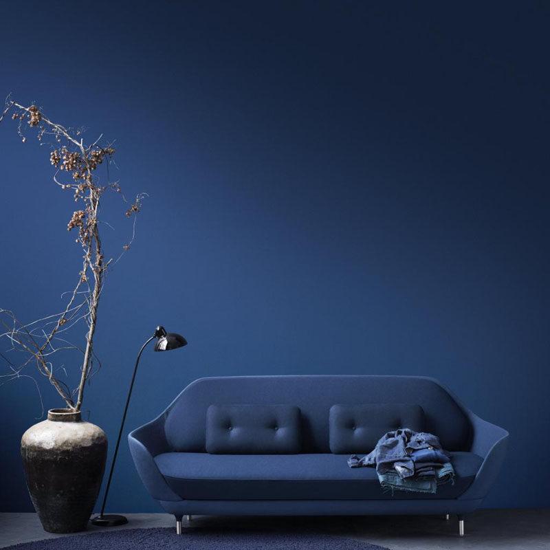 Монохромный интерьер гостиной в темно синих тонах