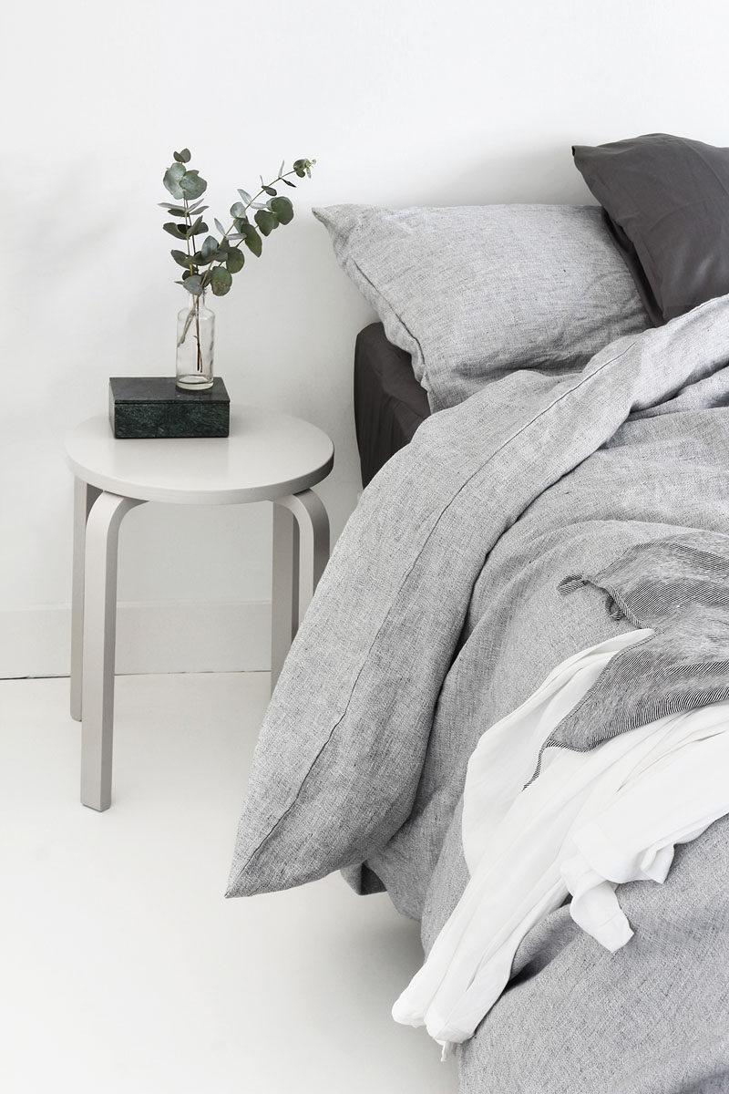Монохромный интерьер спальни в оттенках серого