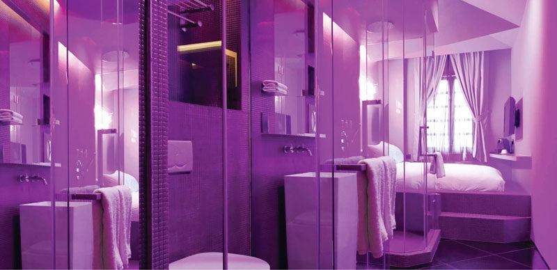 Монохромный интерьер спальни в оттенках лилового