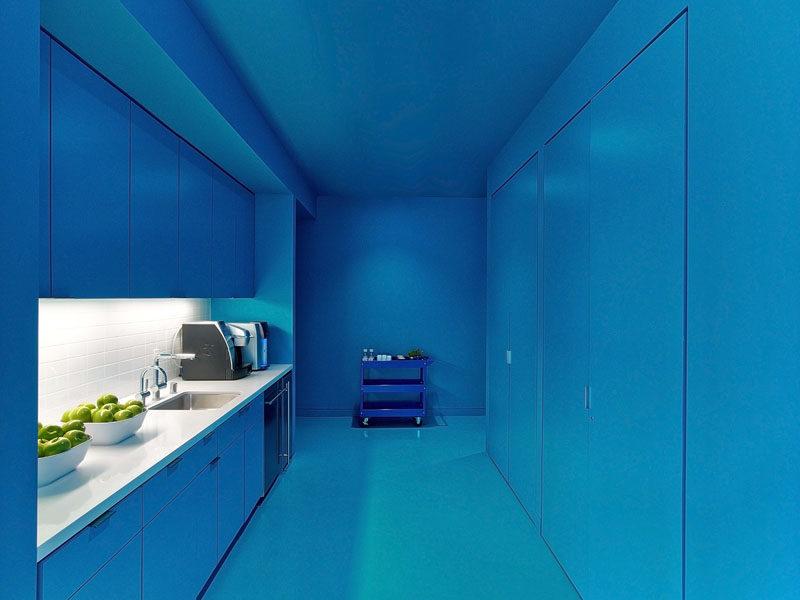 Монохромный интерьер кухни в голубых тонах
