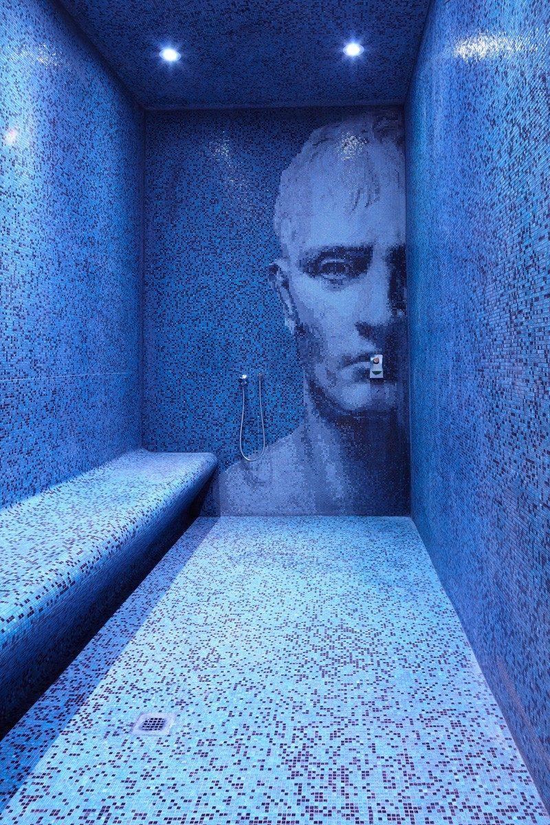 Монохромный интерьер душевой в синих тонах