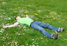 Отдых на природе, мужчина лежит на траве