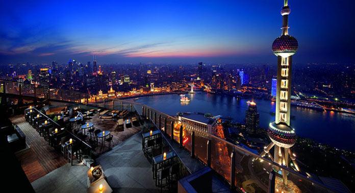 Бар с шикарным видом на город на крыше отеля Ritz-Carlton в Шанхае, Китай