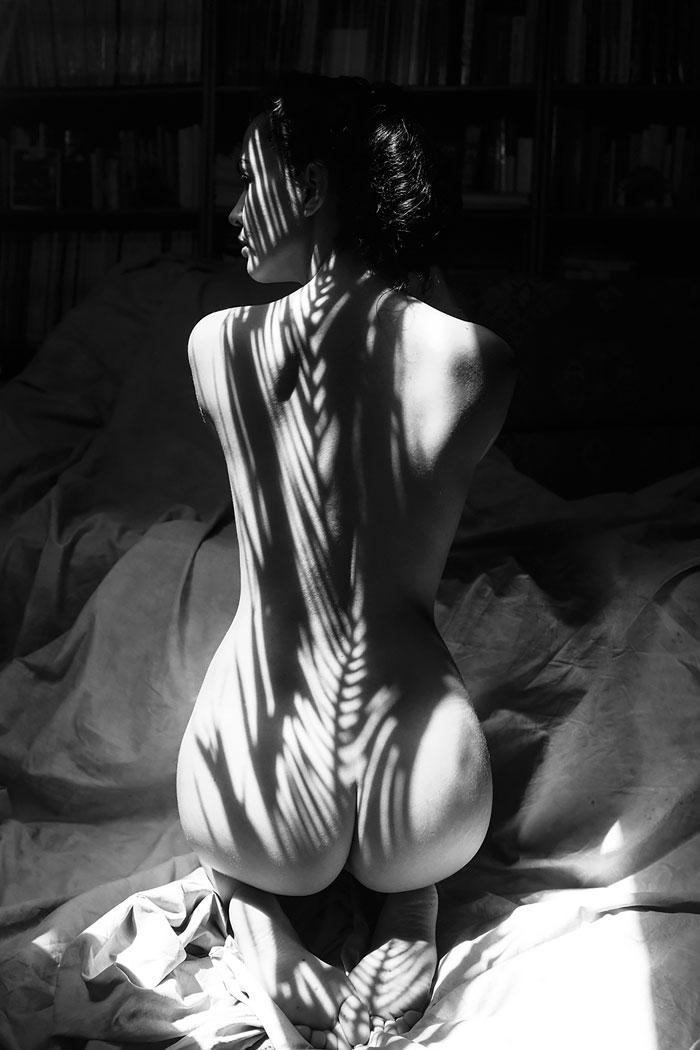 Обнаженная девушка одетая в тени природы. Черно-белое фото Эмилио Хименеса