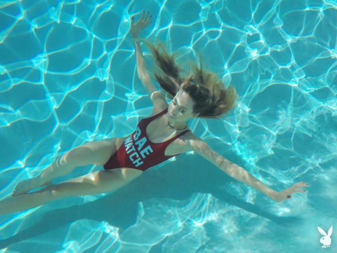 Сестры Шэннон и Кейт Баркер под водой