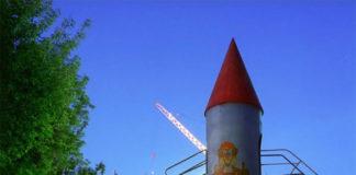 Космическая ракета для детей во дворе