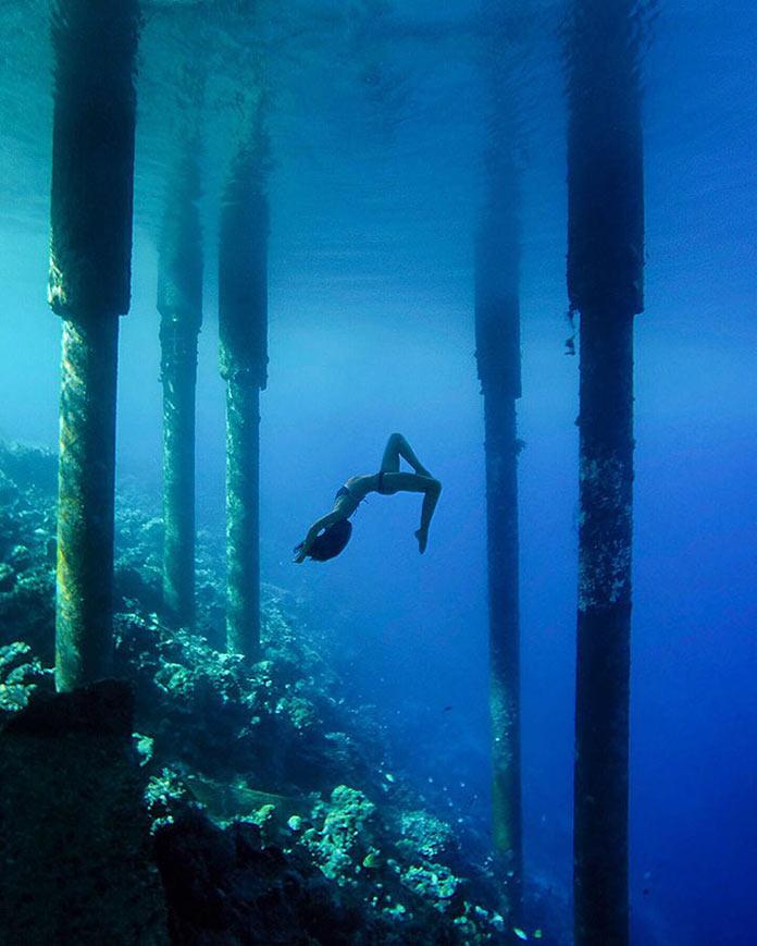Девушка в бикини под водой