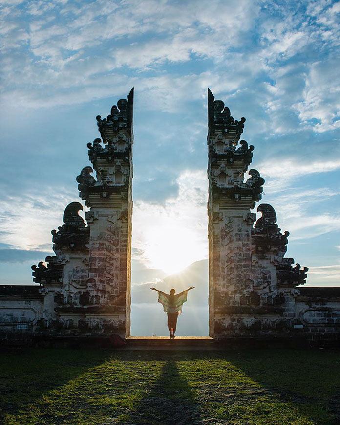 Девушка в древних воротах