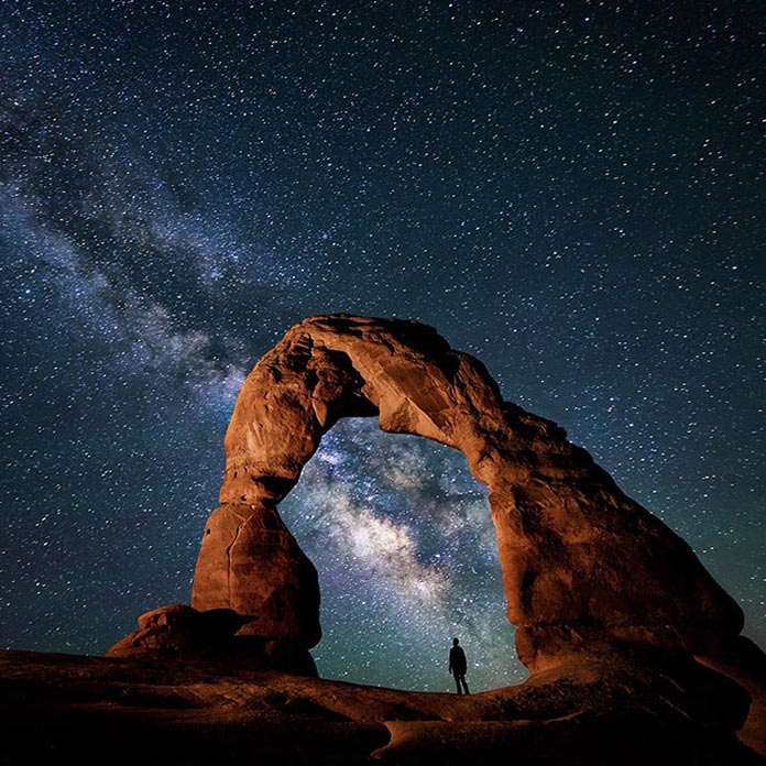 Каменная арка под звездным небом