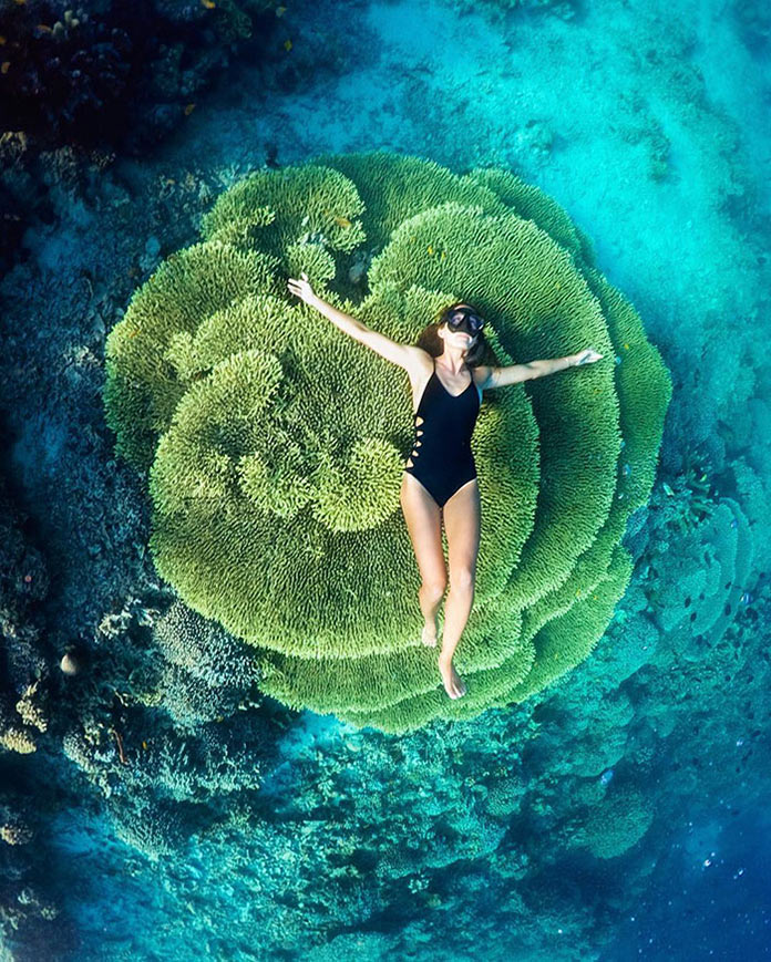 Девушка в бикини на фоне кораллов