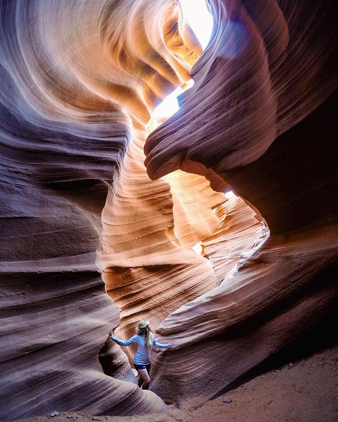 Девушка в ущелье каньона
