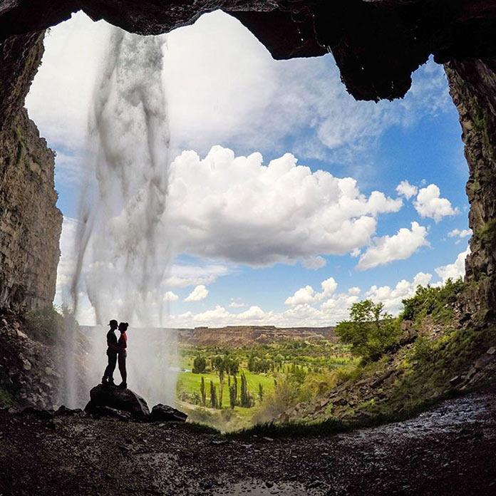 Мужчина и женщина под горным водопадом