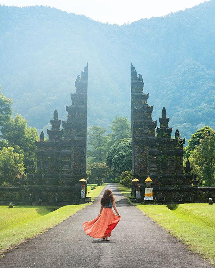Девушка на пути к воротам храма