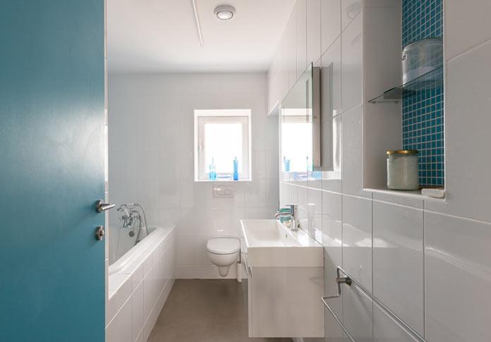 Интерьер деревенского дома в британской провинции. Ванная комата в бело-голубых тонах
