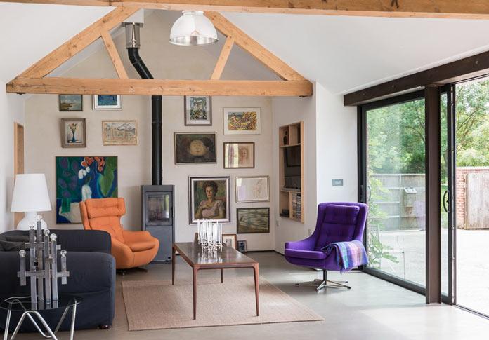 Интерьер деревенского дома в британской провинции. Мини-гостиная с камином