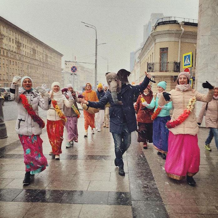 Грустный слон танцует с кришнаитами в Москве