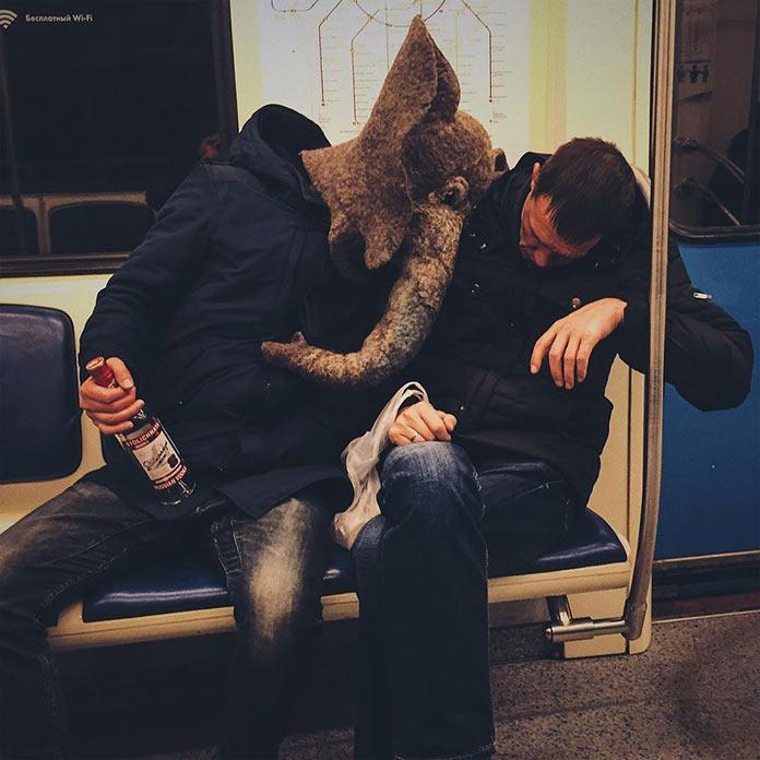 Грустный слон с пьяницей в московском метро
