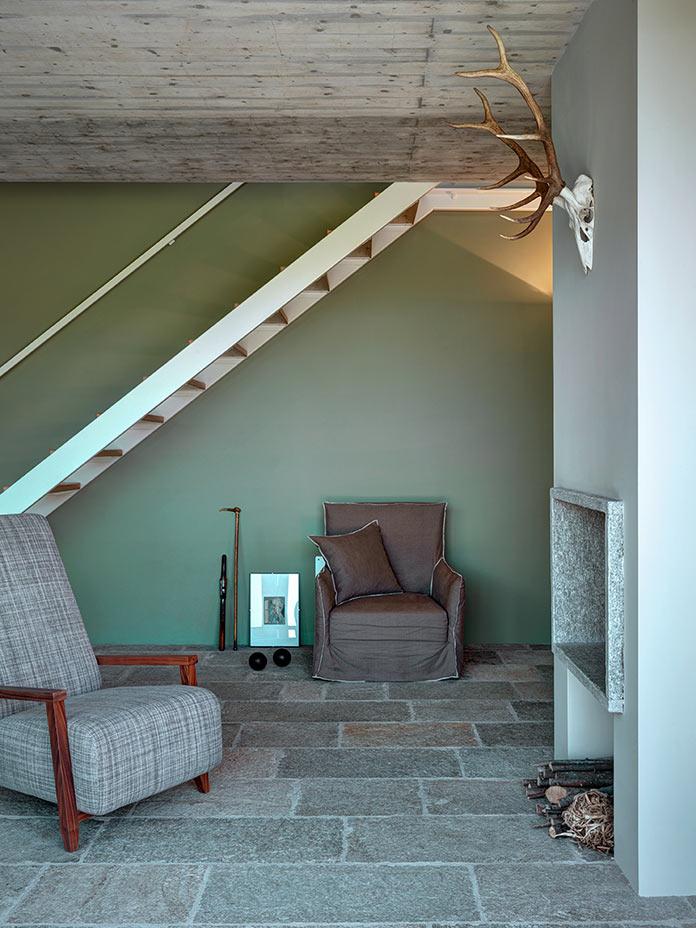 Гостиная с камином. Дом в Италии у подножия Альп