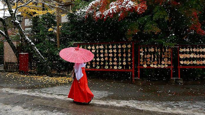 Японка в национальном костюме. Токио сити, первый снег, ноябрь 2016