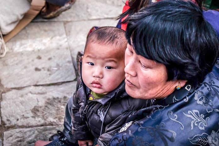 Женщина с ребенком. Этническая жизнь в Бутане. Bhutan Life