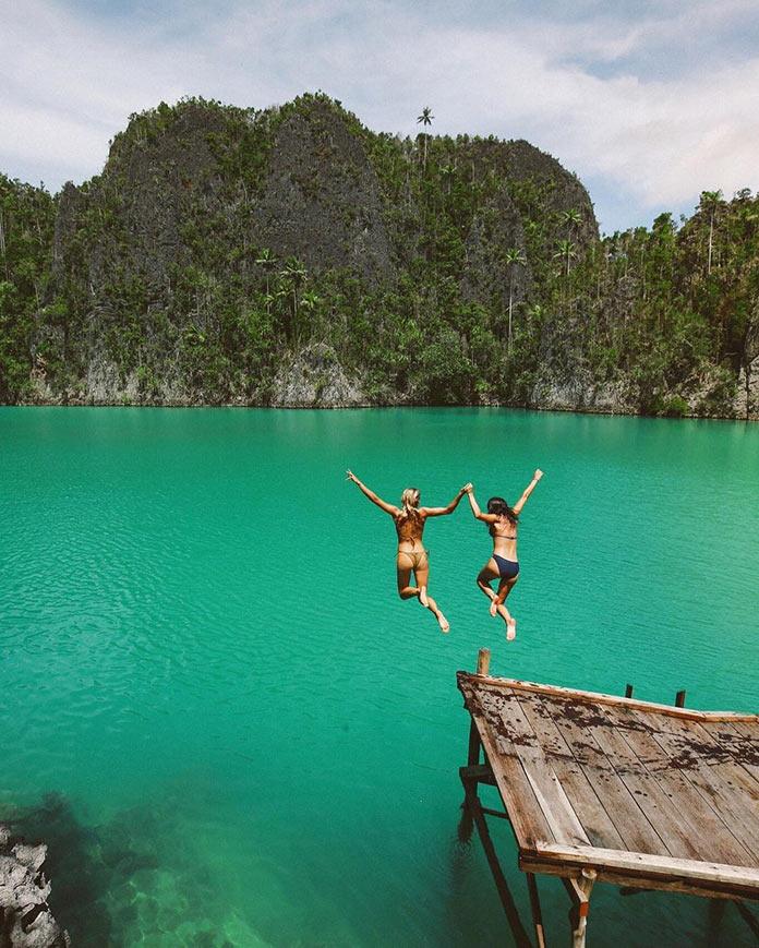 Мэдди Рельф, девушки в бикини прыгают в воду с подругой