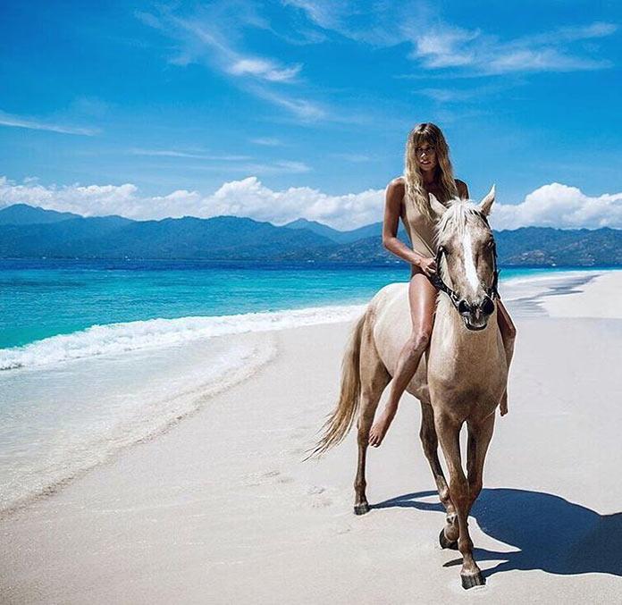 Мэдди Рельф на коне на пустынном белом пляже