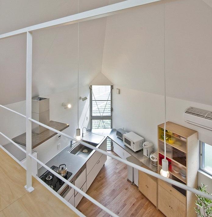 Вид на кухню. Мини-дом в Японии, проект Mizuishi Architects Atelier