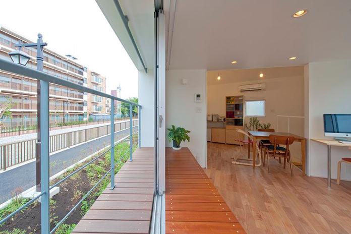 Гостиная и балкон. Мини-дом в Японии, проект Mizuishi Architects Atelier