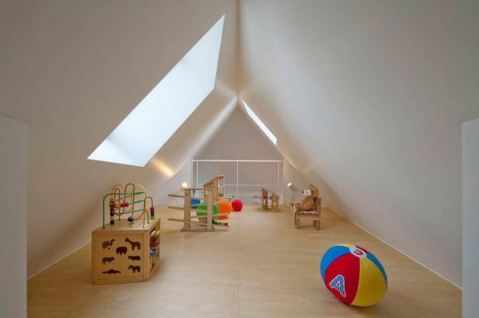 Игровая комната под крышей мини-дома в Японии, проект Mizuishi Architects Atelier